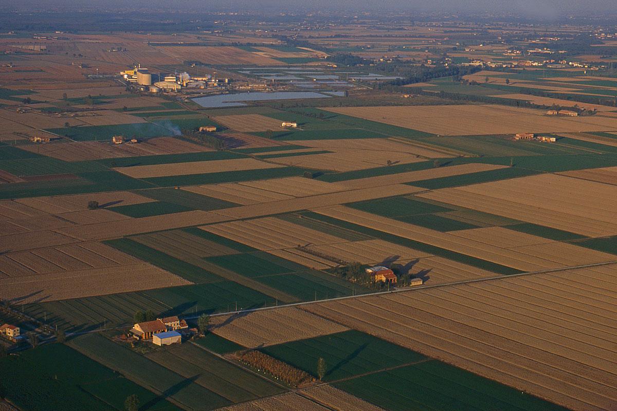 Una ripresa aerea dell'area di Torrile con lo stabilimento Eridania e le sue vasche.